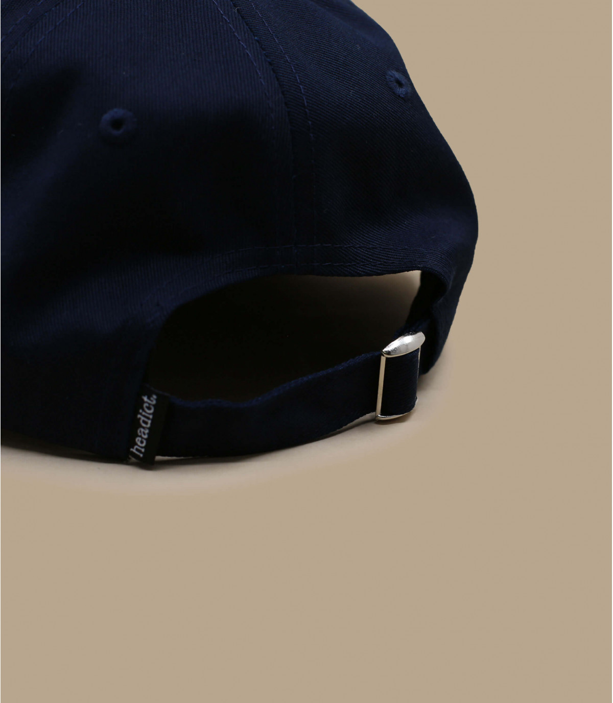 Détails Broderie en rouge casquette coquée - image 3